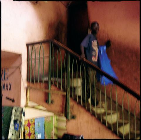 Serge Jongué, Sans titre, série La ville rouge, 2005. © Serge Jongué (Guyane)