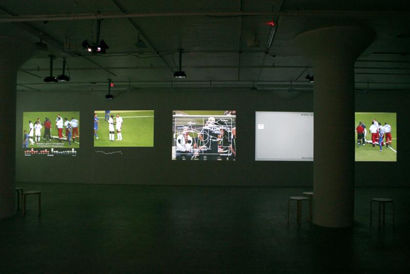 Harun Farocki, Deep Play, 2007, (vues partielles et extraits d'une installation vidéo à 12 écrans). Photo: Sam Pulitzer. Images: Greene Naftali, New York. © Harun Farocki