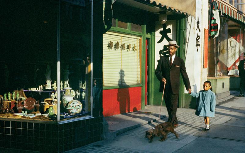 Fred Herzog, Black Man Pender, 1958, Impressions jet d'encre / Inkjet prints 50.8 cm x 76.2 cm et 76.2 cm x 50.8 cm. © Fred Herzog