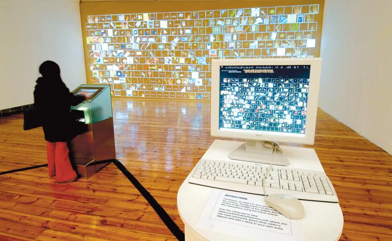George Legrady, Pockets Full of Memories (2001–07). Vue d'installation à la Cornerhouse Gallery, Manchester, 2005. Installation avec projecteurs, ordinateurs, numériseur. © George Legrady