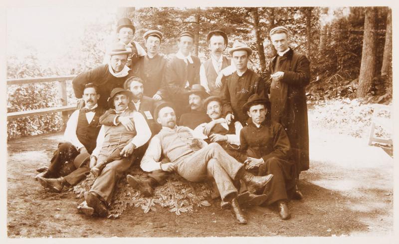 Inconnu / Unknown, Portrait de groupe au Petit-Cap, Saint-Joachim, de l'album-souvenir du conventum des rhétoriciens de 1887-1888, 1898 19,6 cm x 24,7 cm.