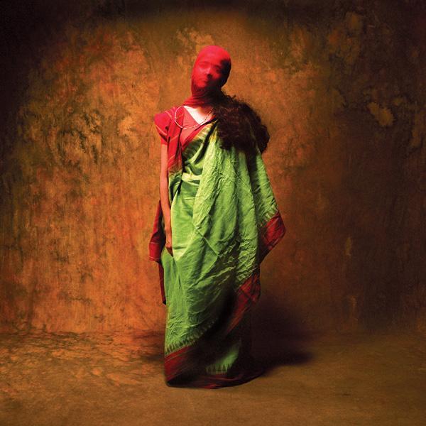 Achinto Bhadra. Protégée par la burka « Parce que... j'ai peur de ce qui arrivera si les gens apprennent ce que j'ai subi et parce que je suis musulmane. » © Achinto Bhadra