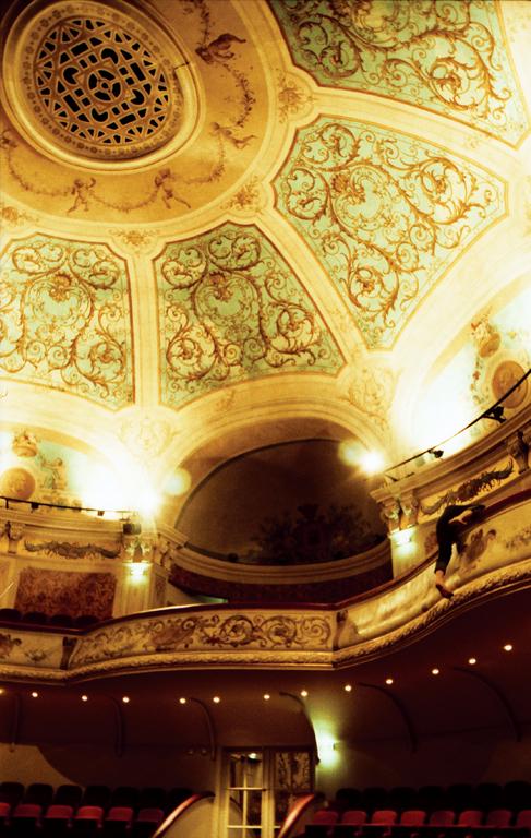 Yann Pocreau, On ne sait jamais où tombent les bombes, 1 et 3 (Théâtre d'Arras), 150 x 90 cm, 2007. © Yann Pocreau