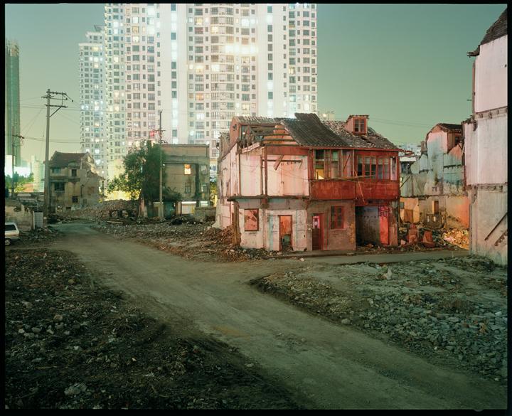 Greg Girard, Neighbourhood Demolition, Zhoupu Lu, 2006, Phantom Shanghai, épreuves chromogènes, formats variables, avec la permission de Magenta Books & Monte Clark Gallery. © Greg Girard