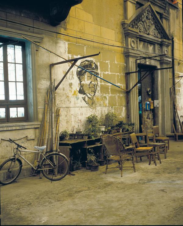 Greg Girard, Cultural Revolution-Era Mao Mural, Yan Family House, 2001, Phantom Shanghai, épreuves chromogènes, formats variables, avec la permission de Magenta Books & Monte Clark Gallery. © Greg Girard