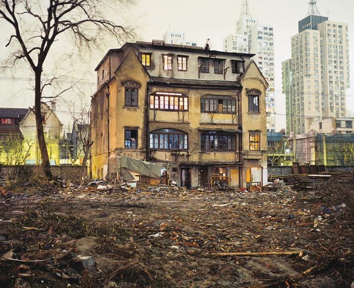 Greg Girard, House on Yuyuan Lu, Yuyuan Lu, 2001, Phantom Shanghai, épreuves chromogènes, formats variables, avec la permission de Magenta Books & Monte Clark Gallery. © Greg Girard