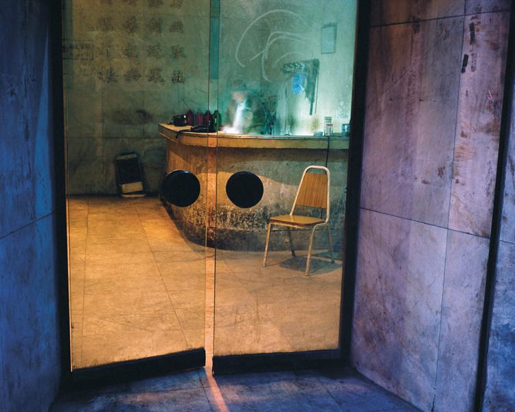 Greg Girard, Condemned Building Lobby, Pinghu Lu, 2005, Phantom Shanghai, épreuves chromogènes, formats variables, avec la permission de Magenta Books & Monte Clark Gallery. © Greg Girard