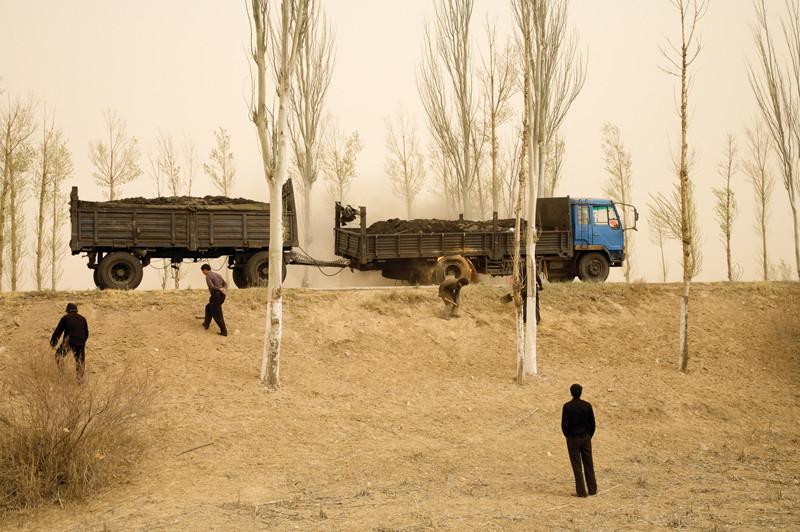 Benoît Aquin, Camion en feu, Mongolie intérieure, 2006. © Benoît Aquin