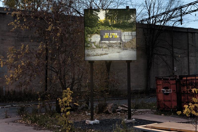 Ron Terada, See Other Side of Sign, détail, 2006, vue d'installation, 1,8 x 1,8 m, 956 rue Ottawa, Montréal, reproduite avec l'aimable permission de Plan large. © Ron Terada