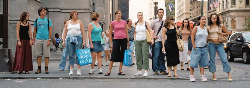 Florian Böhm, 53rd St & 5th Ave, 2007, de la série Wait For Walk, photographie, 300 x 110 cm, reproduite avec l'aimable permission de MAP. © Florian Böhm
