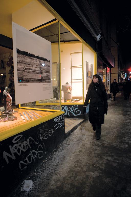 Vue de l'exposition Paysages transformés, 28 février 2009, vitrine du boulevard St-Laurent, Montréal, reproduite avec l'aimable permission de MAP. © MAP