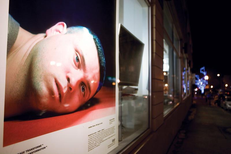 Suzanne Opton, Soldier: Bruno - 355 Days in Iraq, 2004, vue d'installation, de la série Soldier + Citizen, épreuve au jet d'encre, 107 x 127 cm, gracieuseté de MAP. © Suzanne Opton
