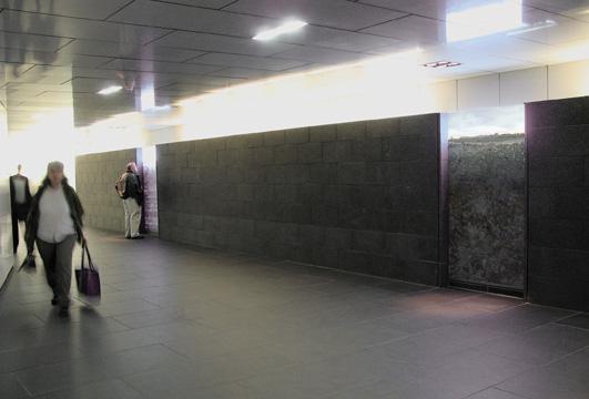 Vue d'installation dans les corridors souterrains de la ville de Montréal.
