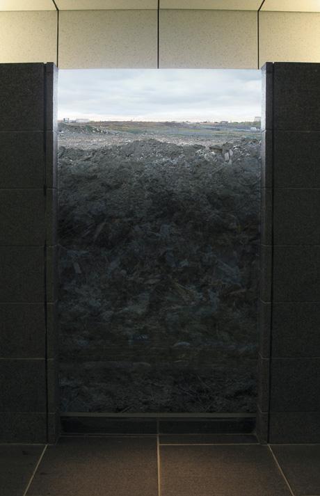 Isabelle Hayeur, Sommeil (Ou les séjours sous terre) (détail), 2005-2006, épreuves couleurs, 3 boîtes lumineuses, 176 x 96 x 24 cm, Quartier International, Montréal. © Isabelle Hayeur