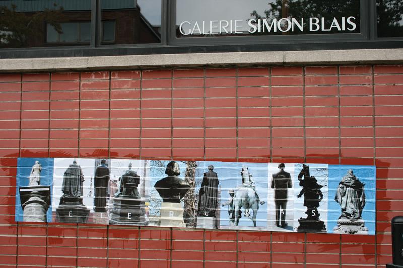 Peter Gnass, La multitude déchue, 2008, série de 10 photographies de monuments encollée et rephotographiée en 12 lieux (façades institutionnelles ou monuments), Montréal. © Peter Gnass