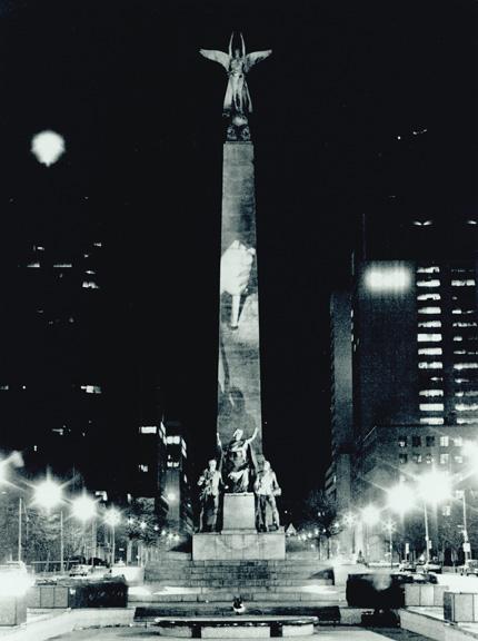 Krzysztof Wodiczko, projection publique au South African War Memorial, Toronto, 1983, organisée par la Ydessa Hendeles Art Foundation, Toronto, reproduite avec l'aimable permission de la Galerie Lelong, New York. © Krzysztof Wodiczko