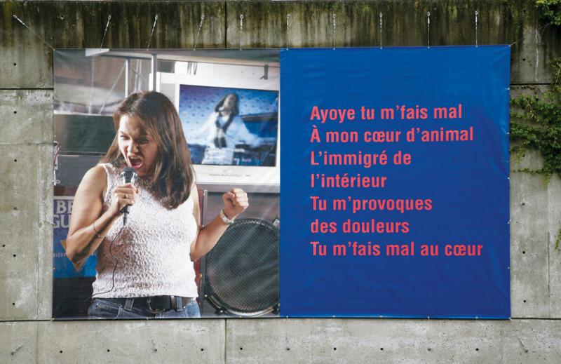 Ken Lum, Ayoye, 2006, vue d'installation, impression numérique sur vinyle, 5,79 x 3,35 m, présentée durant l'événement Habiter, Centre VU, Québec, 2006. © Ken Lum