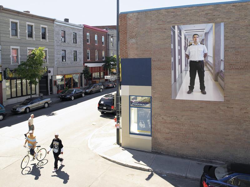 Thomas Kneubühler, Access Denied (Guard #8), 2007, vue de l'intervention extérieure, La Maison des Jeunes, quartier Saint-Henri, présentée durant le Mois de la photo 2007, Montréal. © Thomas Kneubühler
