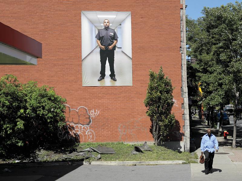 Thomas Kneubühler, Access Denied (Guard #5), 2007, vue de l'intervention extérieure, Esso, quartier Saint-Henri, présentée durant le Mois de la photo 2007, Montréal. © Thomas Kneubühler