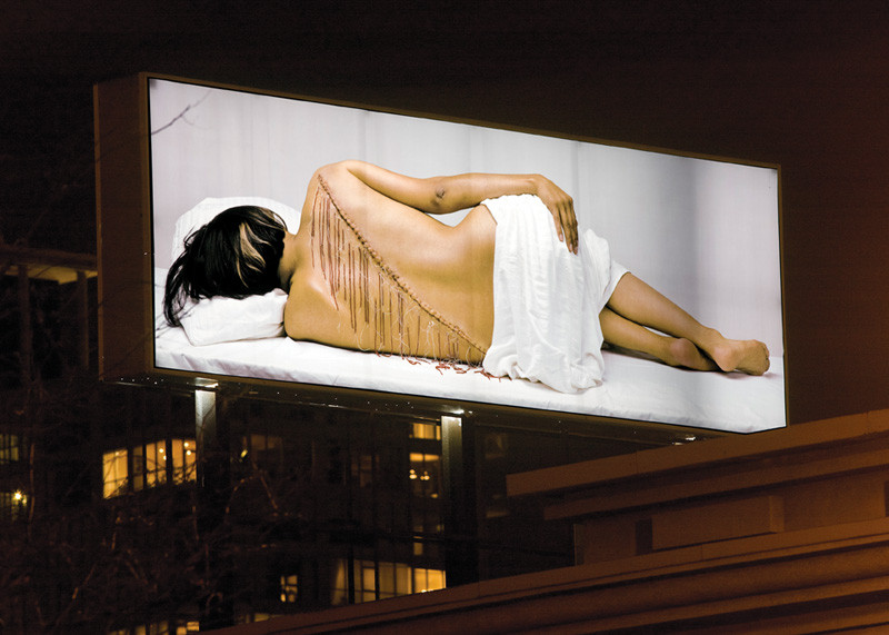 Rebecca Belmore, Fringe, 2007, vue d'installation, 2,44 x 7,32 m, présentée durant le Mois de la photo 2007, reproduite avec l'aimable permission de Plan large © Rebecca Belmore