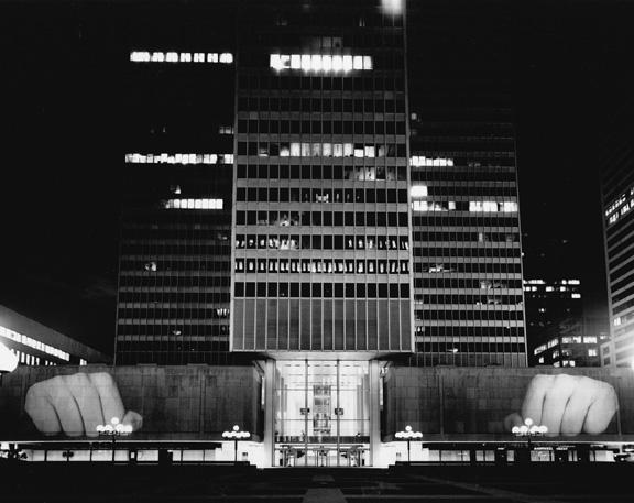 Krzysztof Wodiczko, projection publique, Banque Royale du Canada, Place Ville-Marie, Montréal, 1985, organisée par le CIAC, Montréal, au moment de l'exposition Aurora Borealis, reproduite avec l'aimable permission de la Galerie Lelong, New York. © Krzysztof Wodiczko