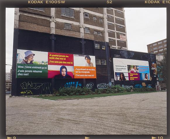 Ken Lum, There is no place like home, 2000, vue d'installation, présentée durant le Mois de la Photo 2001, Montréal. Photo : John Londono © Ken Lum