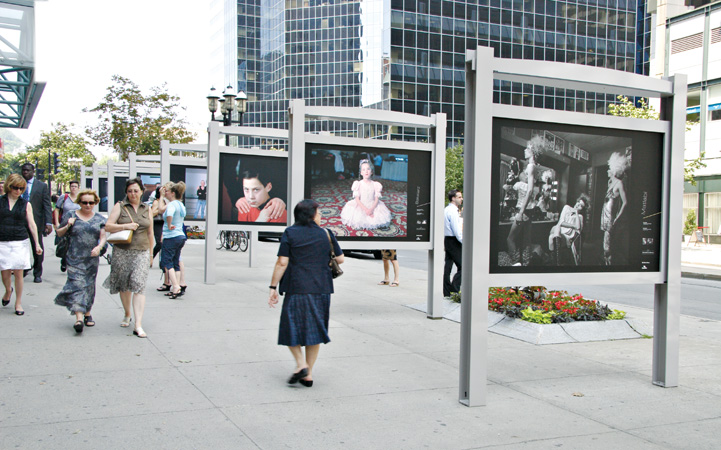 Vue de l'exposition extérieure Inspirations, du 19 juin au 19 octobre 2008, Avenue McGill College, Musée McCord, Montréal. © Musée McCord