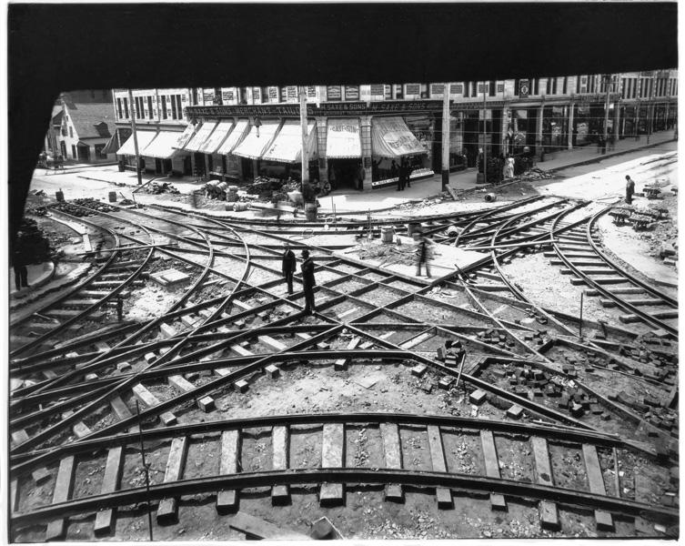 Notman & Son, Construction des premières voies de tramway au carrefour des rues Sainte-Catherine et Saint-Laurent, Montréal, 1893, 122 x 183 cm. © Musée McCord