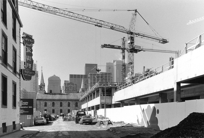 Construction du complexe Guy-Favreau du côté de la rue De La Gauchetière dans le quartier chinois à Montréal, 1982, de la série Sauvons Montréal, 122 x 183 cm. © Brian Merrett