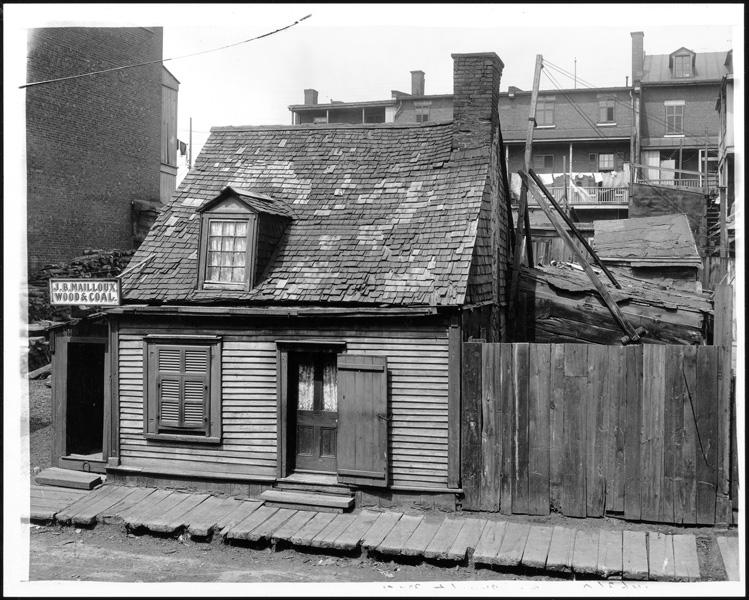 Notman & Son, Maison vouée à la démolition, sise au 115 de la rue Barré, côté nord, à l'angle de la rue de l'Aqueduc à Montréal, 1903, photographie, 122 x 183 cm. ©Musée McCord