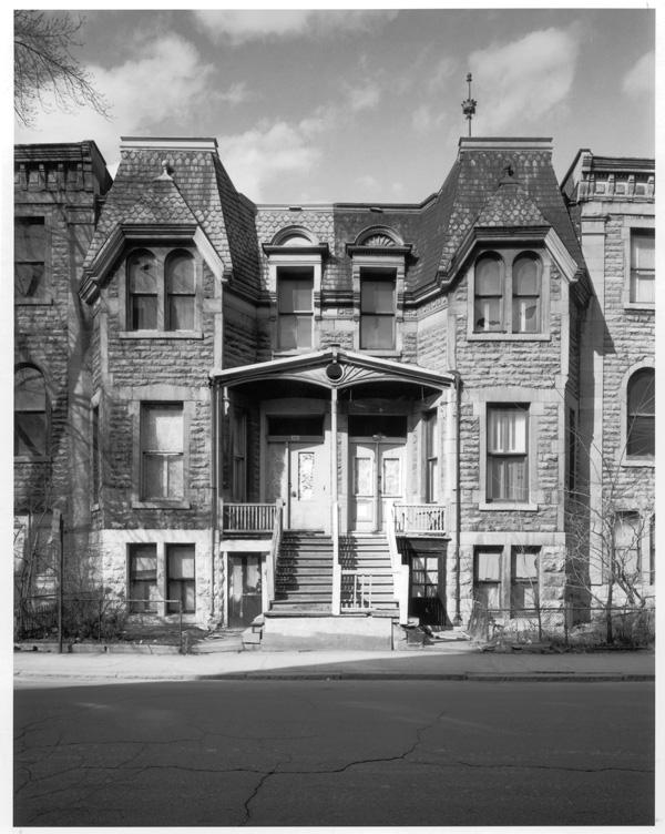 Maisons de la rue Hutchison à Montréal, vouées à la démolition pour faire place à La Cité, Milton Park Project, 122 x 183 cm. © David Miller