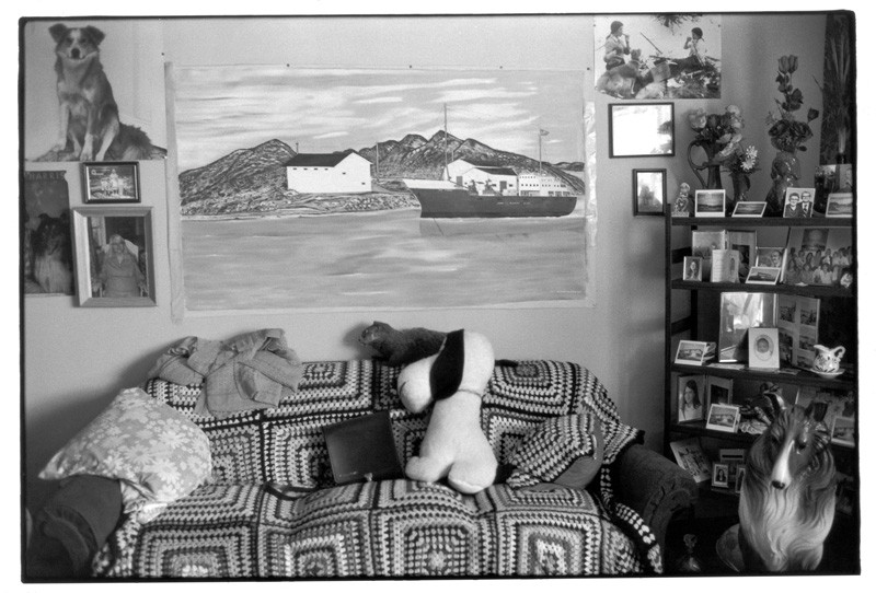 Norman Fequet's living room, Old Fort Bay, Québec, 1982, de la série The Coast Way, 122 x 183 cm. © Louise Abbott