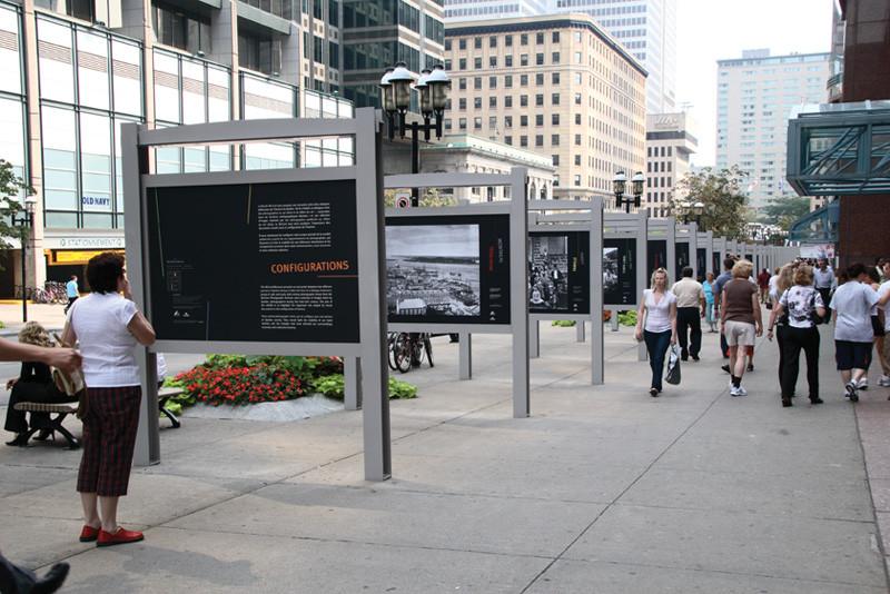 Vue de l'exposition extérieure Configurations, du 15 juin au 15 octobre 2007, avenue McGill College, Musée McCord, Montréal. © Musée McCord