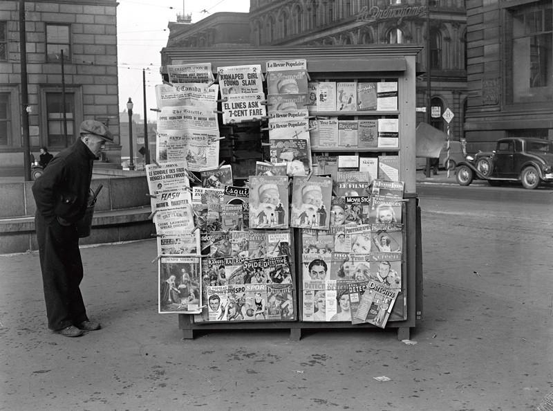 Conrad Poirier, Kiosque offrant le magazine Le Samedi, 18 décembre 1938. , Bibliothèque et Archives nationales du Québec, direction du Centre d'archives de Montréal, fonds Conrad Poirier, P48, S1, P2240.