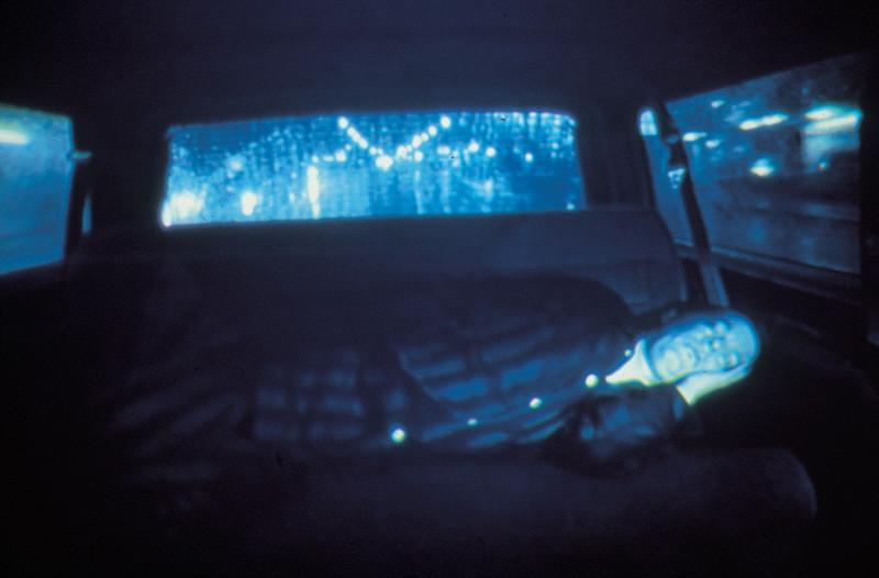 Rodney Graham, Halcion Sleep, 1994, vidéo, noir et blanc, 26 min, en boucle, collection de la Vancouver Art Gallery, Vancouver Art Gallery Acquisition Fund, avec l'aimable permission de Donald Young Gallery, Chicago.