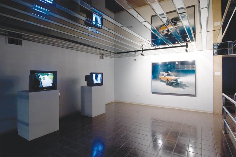 Roman Signer, Kayak, 2000, DVD, 5 min 18 s, avec l'aimable permission de Videoart.ch, Zofingen. Droite: Jon Sasaki, The Destination and the Journey, 2007, HDV, 2 min 5 s, photo: Michel Brunelle.