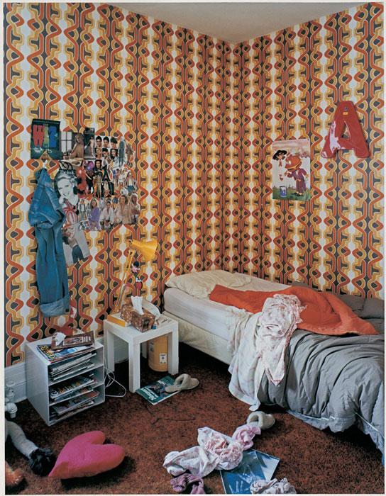 Gabor Szilasi, Andrea Szilasi dans sa chambre, Westmount, janv. 1979, diptyque, épreuve chromogénique, 34 x 26, 4 cm, gracieuseté du Musée d'art de Joliette. © Gabor Szilasi