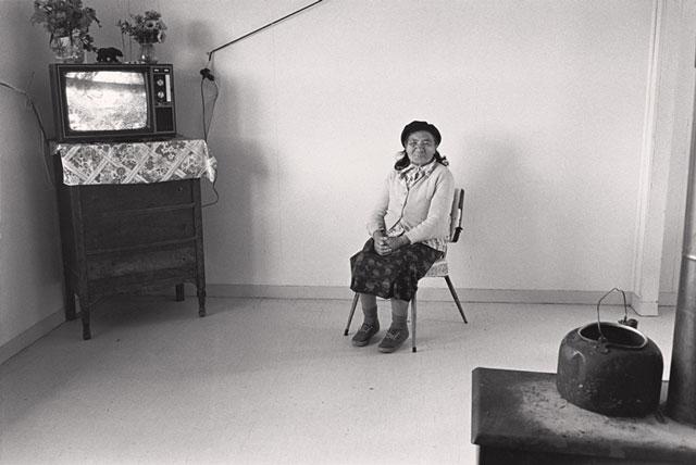 Gabor Szilasi, Amérindienne chez elle, Réserve Mistissini, Nord-du-Québec, juillet 1977, épreuve à la gélatine argentique, 22 x 33 cm, gracieuseté du Musée d'art de Joliette.