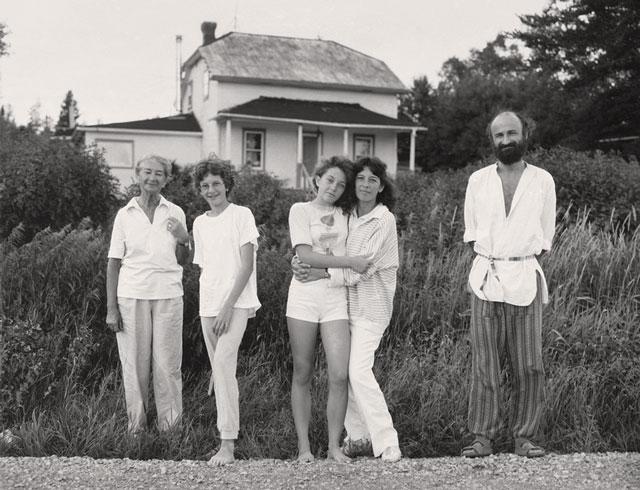 Gabor Szilasi, François Ruph et sa famille, Montbeillard, Témiscamingue, sept. 1988, épreuve à la gélatine argentique, 37,2 x 48,5 cm, gracieuseté du Musée d'art de Joliette. © Gabor Szilasi