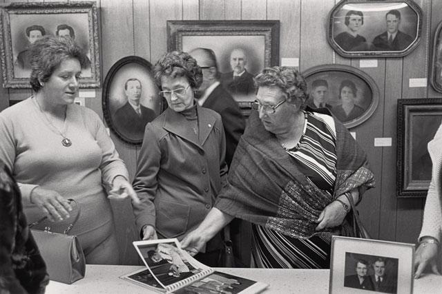 Gabor Szilasi, Trois femmes regardant un album de photos, juillet 1977, Festival de la gourgane, Albanel, Lac-Saint-Jean, épreuve à la gélatine argentique, 22,3 x 33,5 cm. © Gabor Szilasi