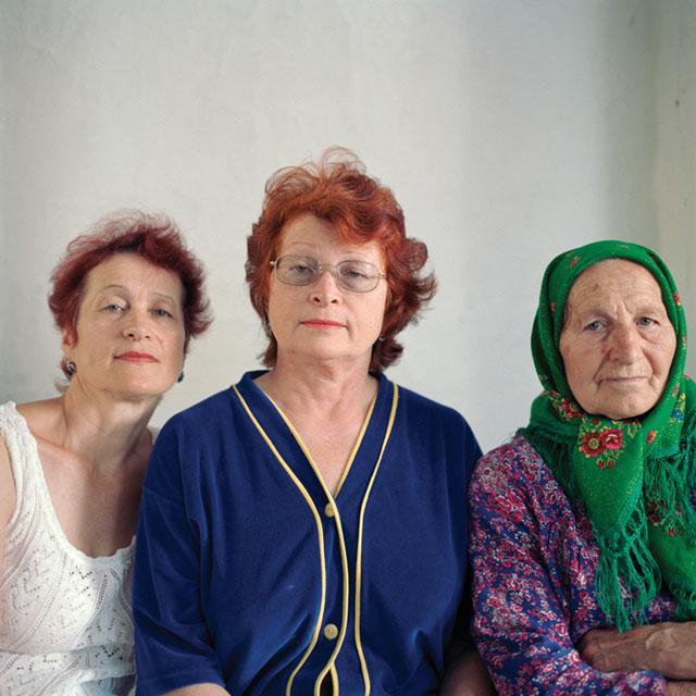 Olga Chagaoutdinova, Mother with Daughters, 2004, de la série Russian Pictures, épreuve chromogénique, 61 x 61 cm. © Olga Chagaoutdinova