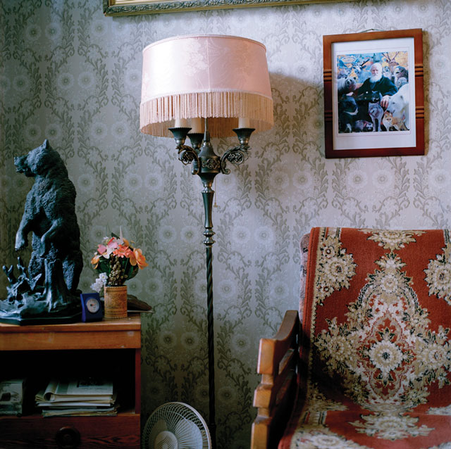 Olga Chagaoutdinova, Lamp, Bear and a Chair, 2005, de la série Russian Pictures, épreuve chromogénique, 61 x 61 cm. © Olga Chagaoutdinova