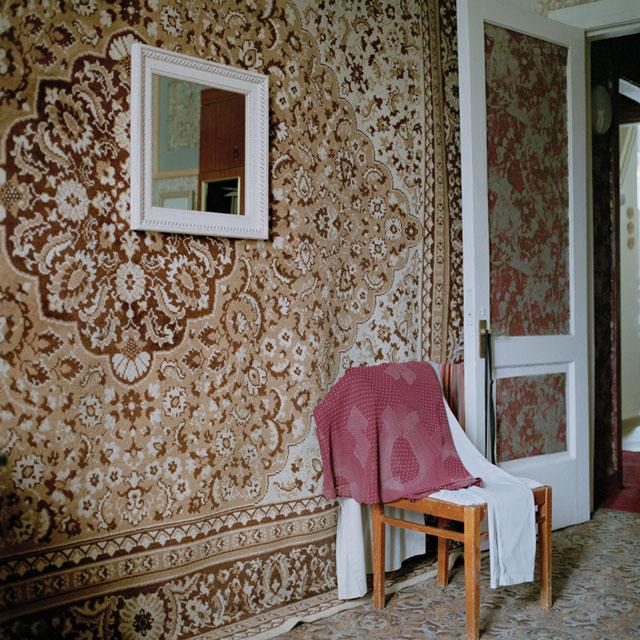 Olga Chagaoutdinova, Carpet and Mirror on the Wall, 2006, de la série Domestic Landscape, épreuve chromogénique, 61 x 61 cm. © Olga Chagaoutdinova