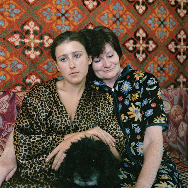 Olga Chagaoutdinova, Mother, Daughter and a Dog, 2006, de la série, épreuve chromogénique, 61 x 61 cm. © Olga Chagaoutdinova