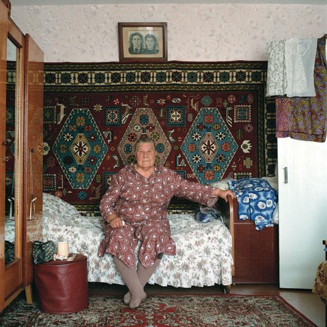 Olga Chagaoutdinova, Grandmother Olga, 2005, de la série Russian Pictures, épreuve chromogénique, 61 x 61 cm. © Olga Chagaoutdinova