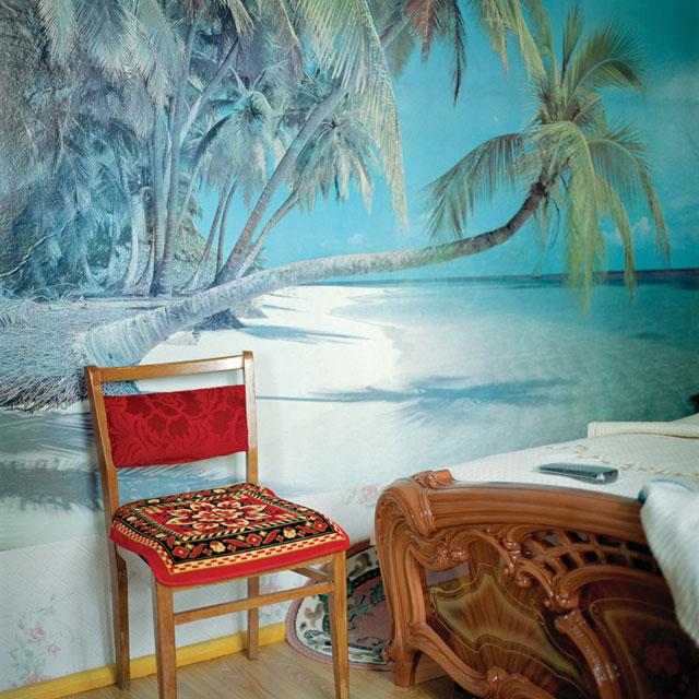 Olga Chagaoutdinova, Chair at the Beach in the Bedroom, 2006, de la série Domestic Landscape, épreuve chromogénique, 61 x 61 cm. © Olga Chagaoutdinova