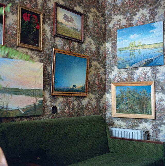 Olga Chagaoutdinova, Paintings on the Walls, 2006, de la série Domestic Landscape, épreuve chromogénique, 61 x 61 cm. © Olga Chagaoutdinova