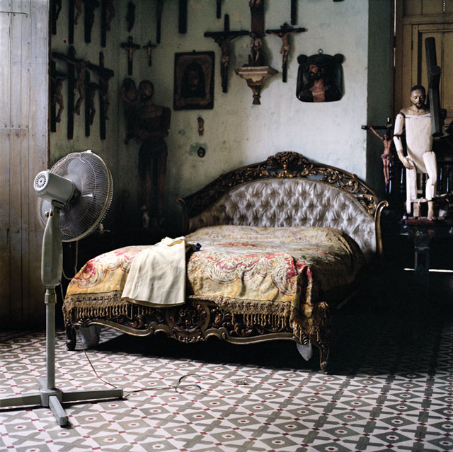 Olga Chagaoutdinova, Bed, Crosses and a Fan, 2007, de la série Cuban Pictures, épreuve chromogénique, 61 x 61 cm. © Olga Chagaoutdinova