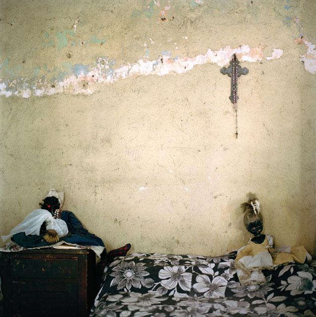 Olga Chagaoutdinova, Dolls on the Bed, 2007, de la série Cuban Pictures, épreuve chromogénique, 61 x 61 cm. © Olga Chagaoutdinova