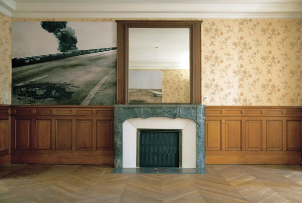 Sophie Ristelhueber, Vues d'installation dans l'ancien appartement du gouverneur de la Banque de France / installation views in the former apartment of the governor of the Banque de France, Rencontres d'Arles, été / summer 2006. © Tous droits réservés